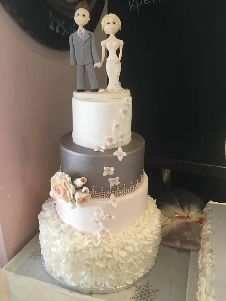 Τούρτα γάμου Ασημί με ζευγάρι από ζαχαρόπαστα