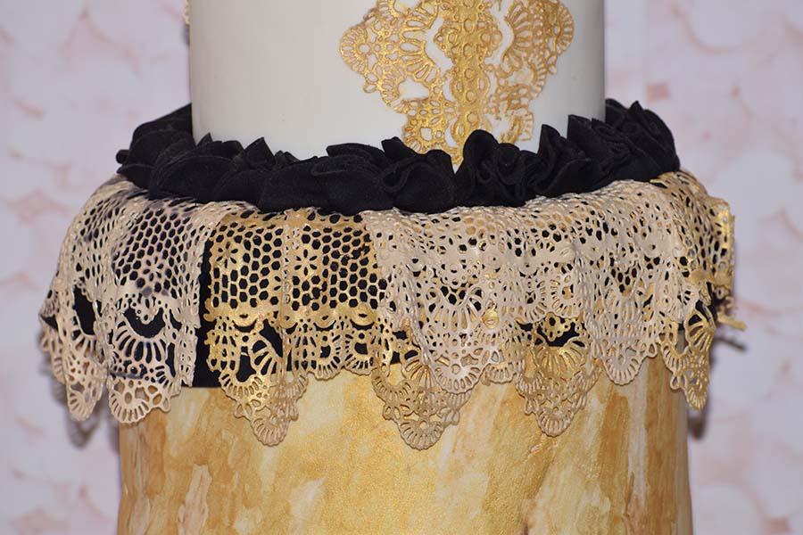 Τούρτα γάμου με χρυσή δαντέλα ζαχαρόπαστας